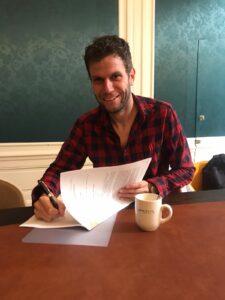 Thomas Sijtsma ondertekent zijn boekcontract
