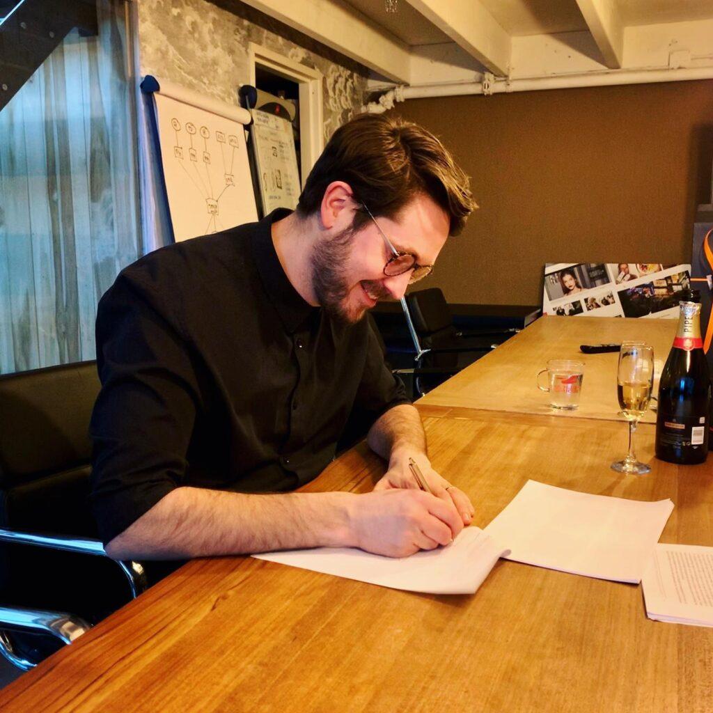 Gijs Wilbrink zet handtekening onder zijn eerste boekcontract